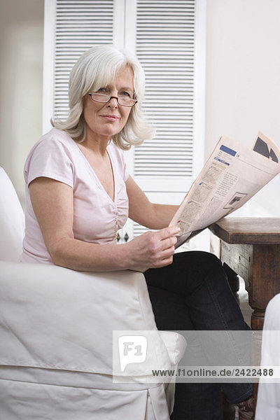 Seniorin mit Zeitung  Porträt