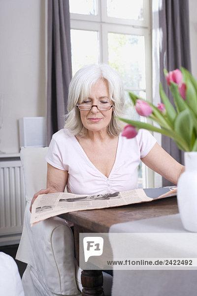 Seniorin beim Zeitungslesen  Porträt