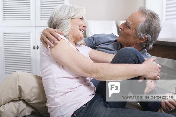Seniorenpaar umarmend  Portrait