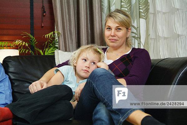 Mutter und Tochter sitzen auf dem Sofa