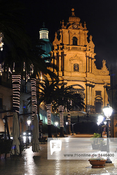 Italien  Sizilien  Ragusa  Kirche San Giorgio in der Nacht