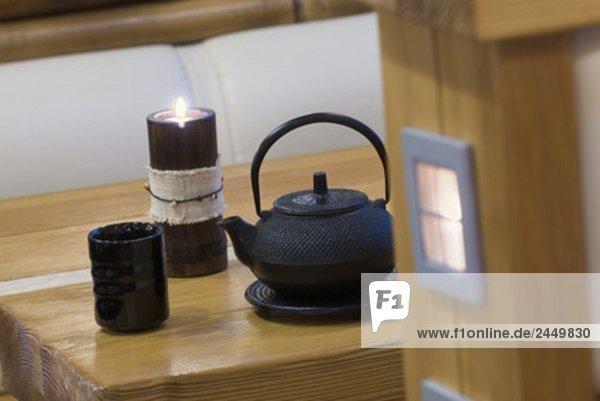 Stillleben mit asiatischen Teekanne Cup und Kerze