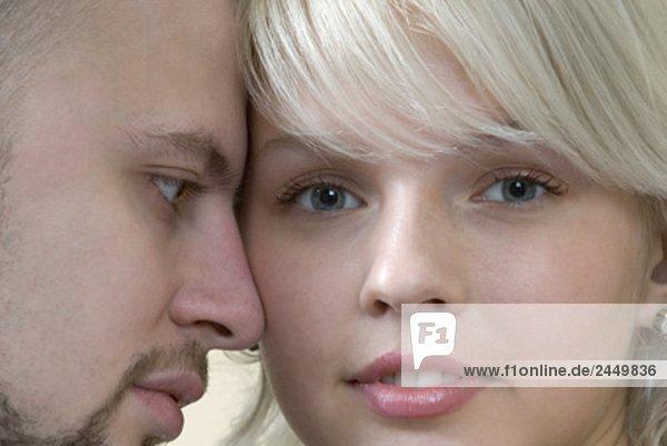 Kopfbild des jungen Paares Menschen suchen zweifelhaft