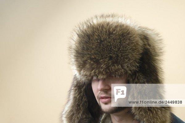 Kopfbild der junge Mann mit Pelzmütze