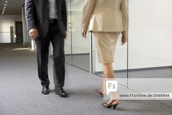 Kaufmann und geschäftsfrau in leere Büroetage vorbei