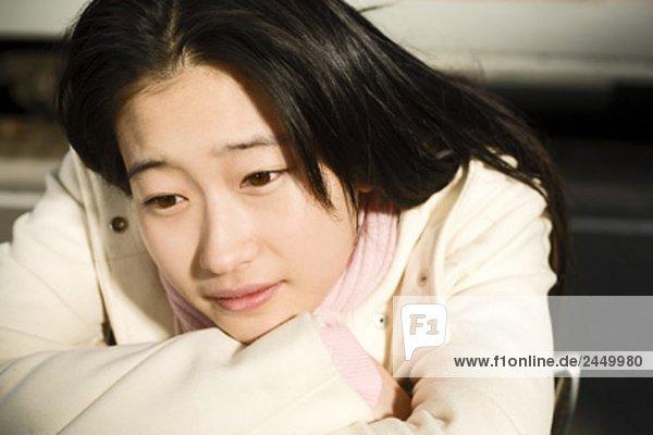 Kopfbild der jungen Japanerin am Bahnhof