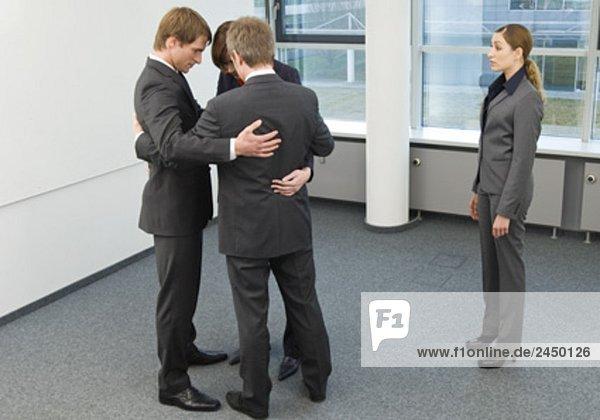 Gruppe von Geschäftsleuten alle Scharen zusammen  ohne die Kollegin
