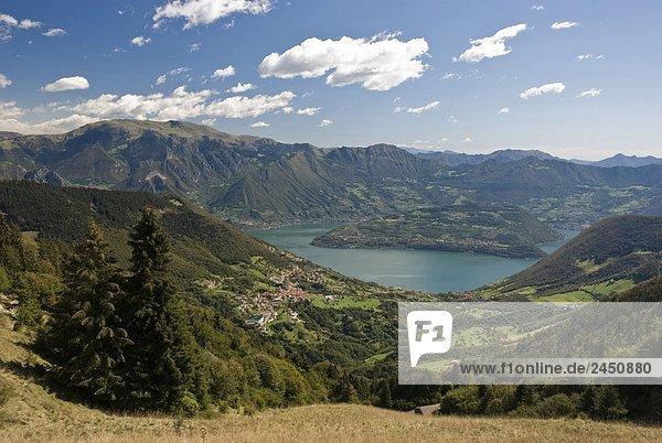 Italien  Lombardei  Bergamo  Monte Guglielmo  Montisola  Iseo See  Visti dal Colle Gombo Alto (1189 m).
