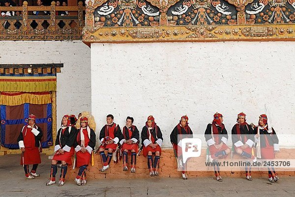 The punakha procession or serda commemorates the victory of the Bhutanese over the tibetan invaders in 1639 the 136 pazap represent the army of the shabdrung  Bhutan´s greatest ruler who unified the country in the 1630s