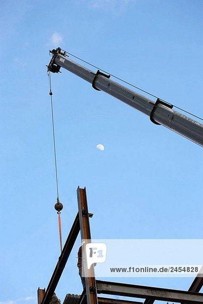 Stahl Eisen Bauarbeiter auf Gebäude mit Steigerung von Stahl Crane Strahl ich