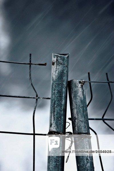 Regen Sie auf die Metall-Schranke