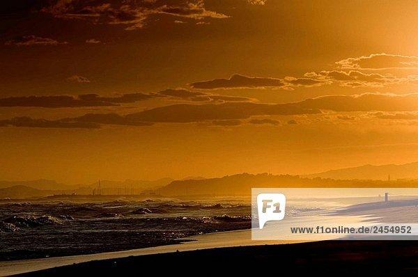 Sonnenuntergang am Strand im Winter. Der Costa Dorada. Catalonia. Spanien.