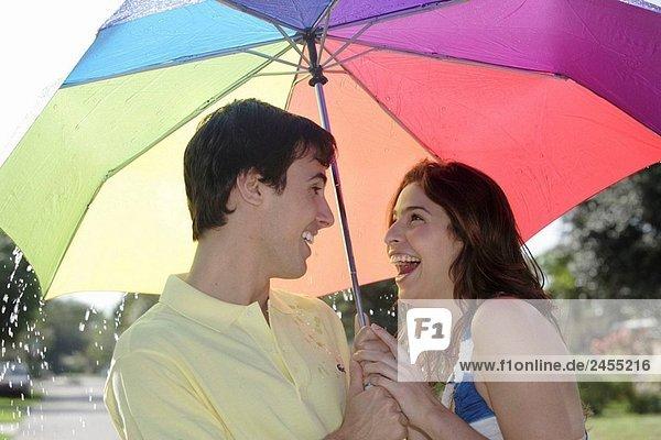 Paar unter einem Dach im Regen
