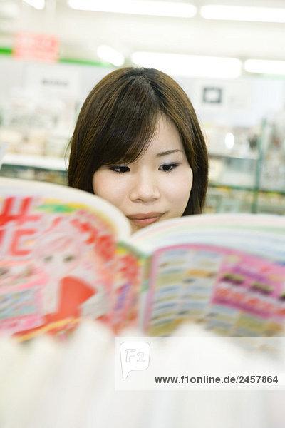 Junge Japanerin beim Lesen von Comics  selektive Fokussierung