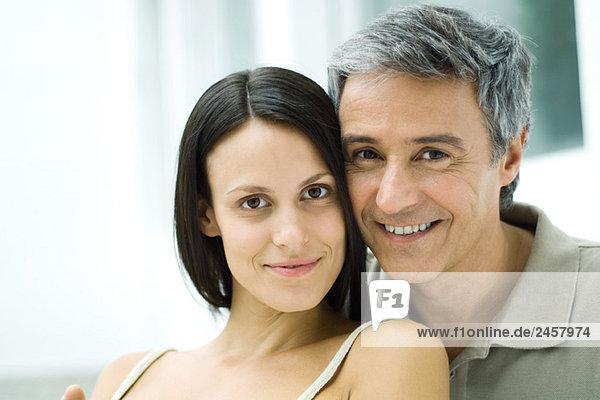 Paar Wange an Wange  Kamera lächelnd  Portrait