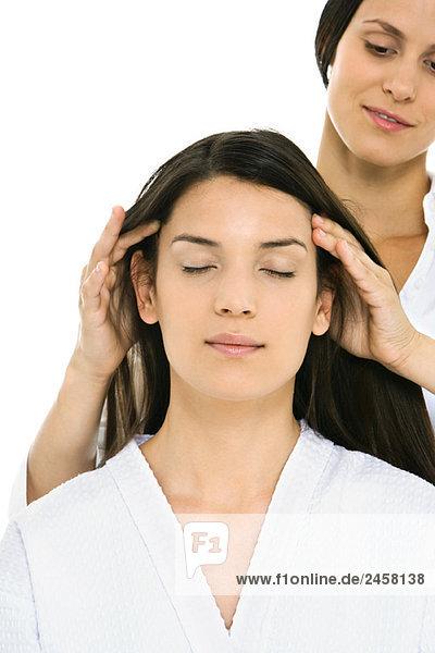 Frau erhält Kopfmassage  Augen geschlossen