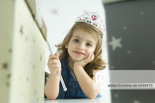 Mädchen als Prinzessin verkleidet  Hand unter dem Kinn Mädchen als Prinzessin verkleidet, Hand unter dem Kinn