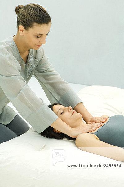 Massage Therapist geben Frau Brust