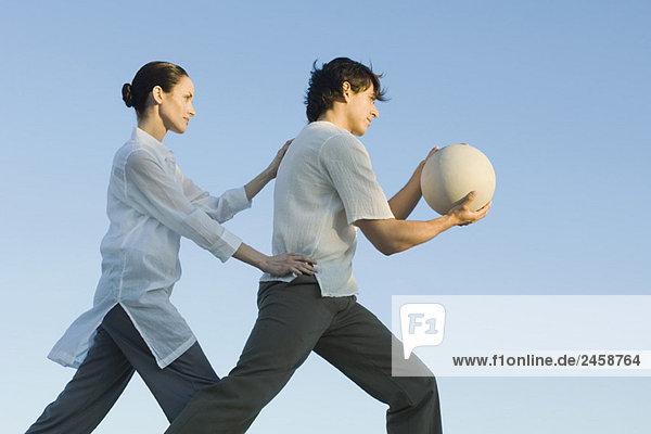 Mann  der Fitness-Ball  Frau Positionierung Mann hält Mann, der Fitness-Ball, Frau Positionierung Mann hält