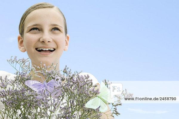 Mädchen mit Pflanzen und gefälschte Schmetterlinge  Nachschlagen  Lächeln Mädchen mit Pflanzen und gefälschte Schmetterlinge, Nachschlagen, Lächeln