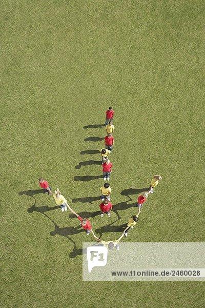 Gruppe von Kindern im Pfeil formation