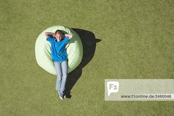 Außenaufnahme Entspannung Tasche jung Bohne Mädchen freie Natur
