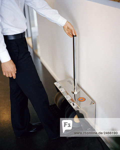 Ein Mann seine Schuhe in einem Büro Schweden Polieren.