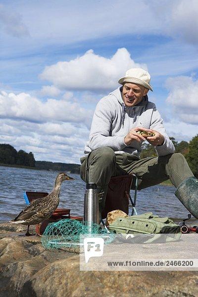 Ein Mann Essen einen Sandwich Schweden.