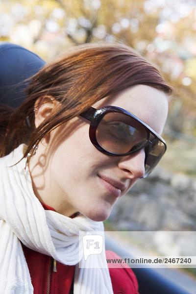 Eine junge skandinavischen Frau in einem Cabriolet Schweden.