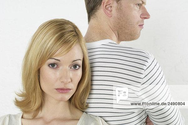 Frustriertes Paar steht Rücken an Rücken  fully_released