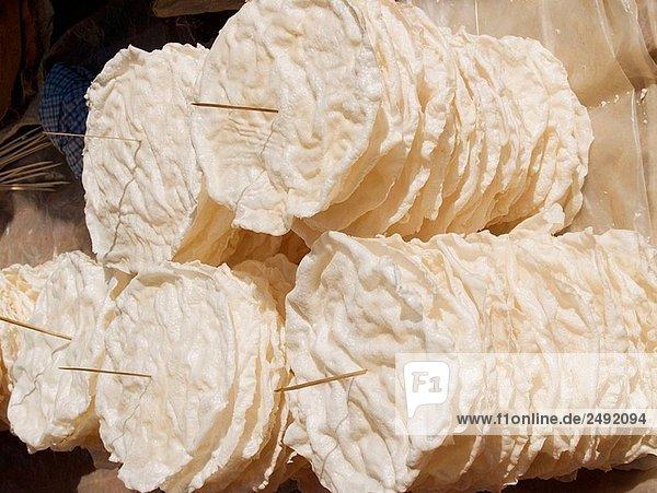 Close up of Reiscracker zum Verkauf an einen Markt am Inle See in Myanmar