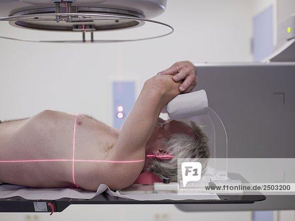 Mann liegen unter einer x-ray