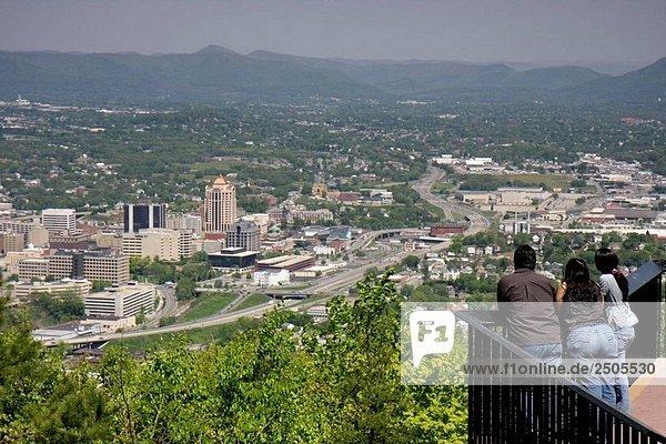 Virginia  Roanoke  Mill Berg übersehen  Ansicht  Innenstadt  Stadt  Tal  Allegheny Mountains  Blue Ridge  Appalachen  schatten schattenwurf  Familie  Mann  Frau  Ansicht