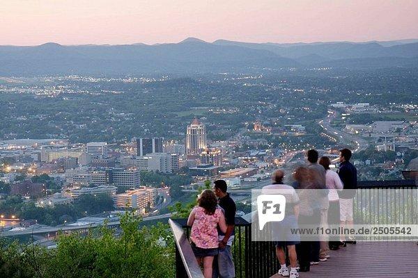 Roanoke  Virginia Mühle Berg übersehen  Mann  Frau  Paar  Familien  Ansicht  Innenstadt  Stadt  Abenddämmerung  Abend  Allegheny Mountains  Blue Ridge  Appalachen