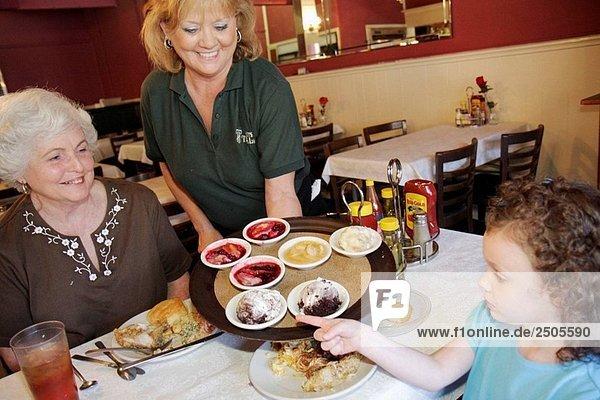 Alabama  Tallasee  Hotel Talisi  Frau  Senior  weiß Haare  Großmutter  Mädchen  Familie  Kellnerin  südlichen Küche  Restaurant  Dessert Tray  wählen  entscheiden  Entscheidung  Süßigkeiten  behandeln