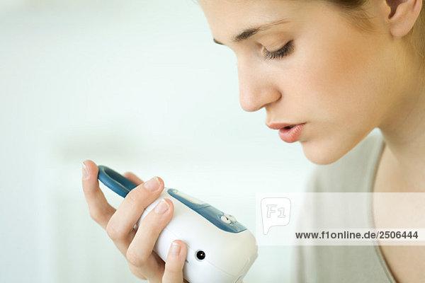 Frau hält Babyphone  Nahaufnahme