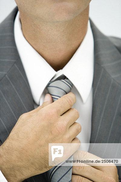 Geschäftsmann mit verstellbarer Krawatte  Nahaufnahme  beschnitten