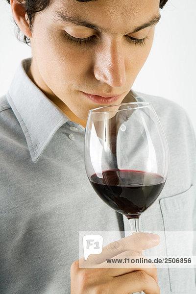 Mann bei einem Rotweinglas  Nahaufnahme