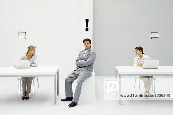 Mann im Amt mit Ausrufezeichen über dem Kopf  Frauen auf beiden Seiten mit leeren Wortblasen