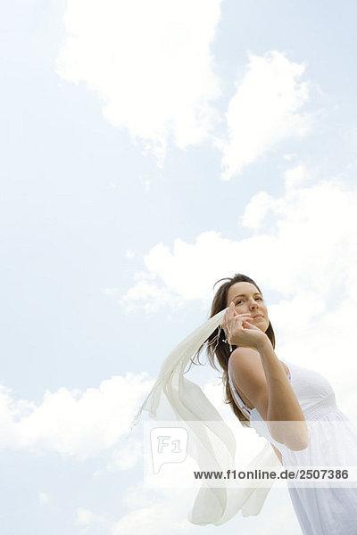 Frau hält up Schal im Freien  niedrige zerzaust durch Wind  Ansicht Frau hält up Schal im Freien, niedrige zerzaust durch Wind, Ansicht