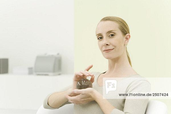 Professionelle Frau hält Kristallkugel  Lächeln in die Kamera