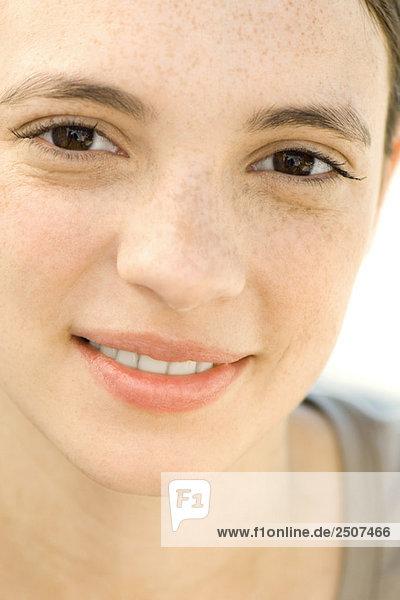 Junge Frau Lächeln in die Kamera  Portrait