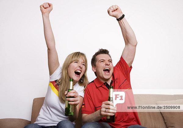 Fußballfans schauen Fußball-Spiel im Fernsehen