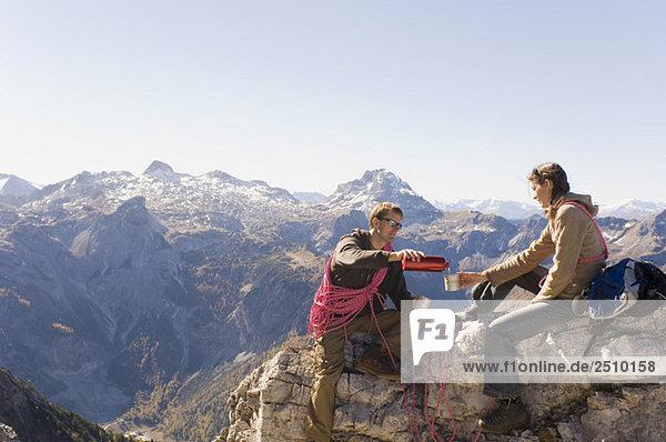 Österreich  Salzburger Land  Junges Paar macht Pause