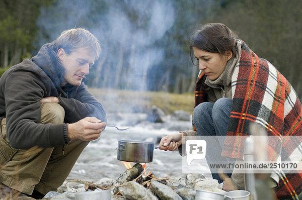 Österreich  Salzburger Land  Junges Paar am Lagerfeuer