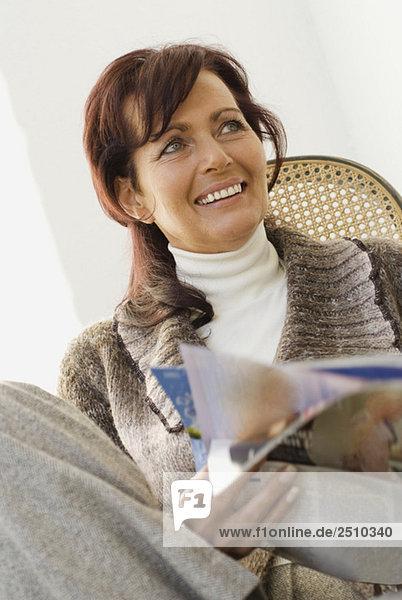 Brünette Frau liest Tagebuch