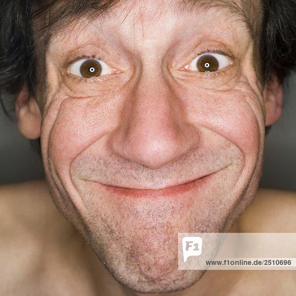 Mann mit lustigem Gesicht  Nahaufnahme  Portrait