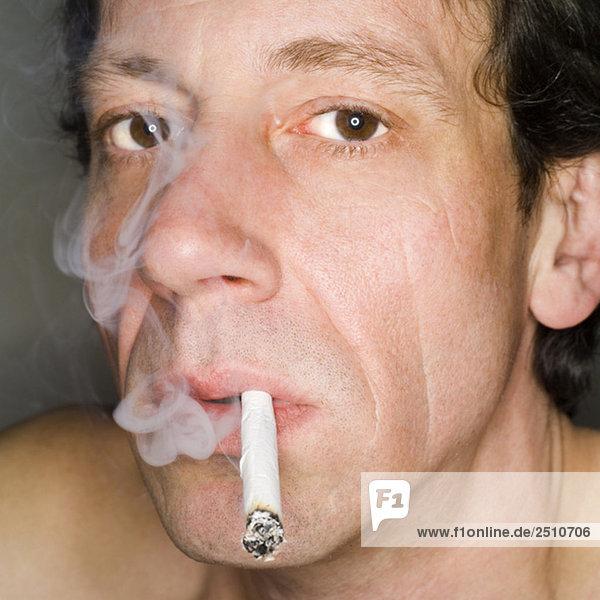 Mann rauchend  Nahaufnahme  Portrait