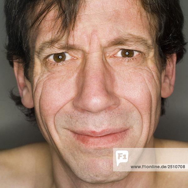 Mann sieht traurig aus  Nahaufnahme  Portrait