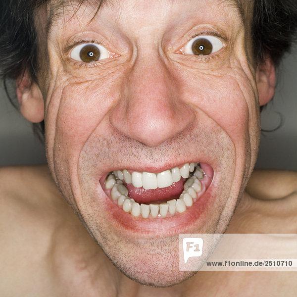 Mann schreit  Nahaufnahme  Portrait
